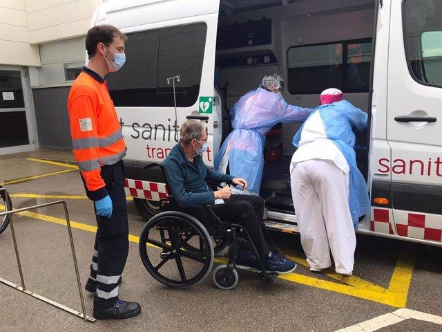 Segundo paciente que sale de la UCI en Menorca y recibe el alta en el traslado a su domicilio