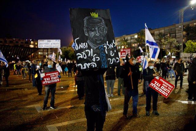 Manifestació en Tel-Aviv contra la coalició de govern del primer ministre d'Israel, Benjamin Netanyahu, i el líder del partit Blau i Blanc, Benny Gantz.