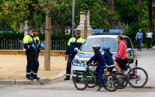 Policías municipales de Sevilla explican a un padre las normas de seguridad para salir con niños