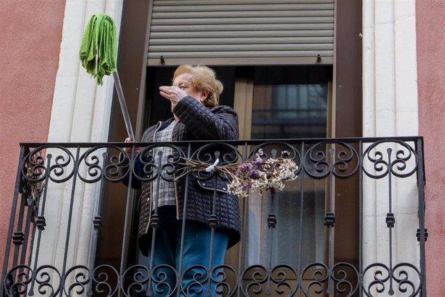 """Vecinos del barrio madrileño de Lavapiés, realizan la 'Fregonada de Lavapiés', para """"limpiar el virus"""" cada día después del aplauso. Madrid, (España), a 11 de abril de 2020."""