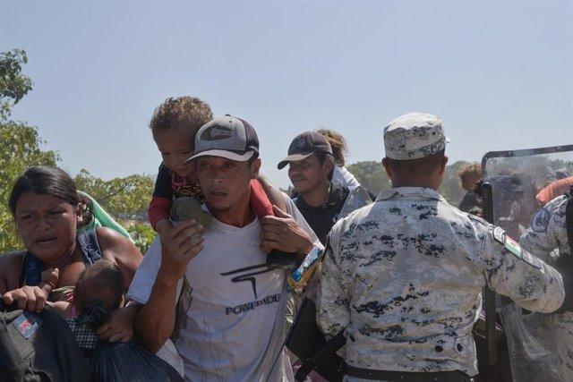 Migrantes centroamericanos en la frontera de Guatemala con México