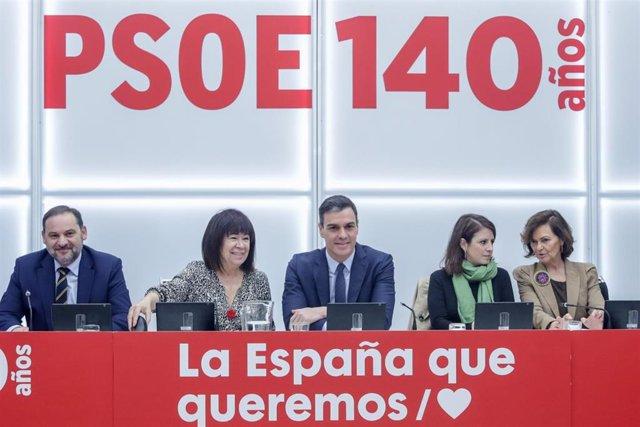 El secretario general del PSOE, Pedro Sánchez, con algunos de los miembros dela Ejecutiva Federal del partido