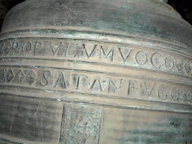 Campana con inscripción