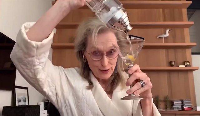 Meryl Streep bebe y canta durante la cuarentena