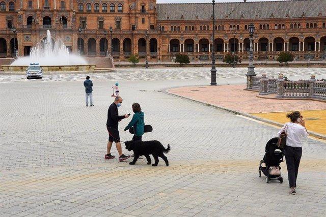 Plaza de España del Parque de Maria Luisa en el primer día donde los niños han podido salir acompañado de un adulto. Sevilla a 26 de abril del 2020