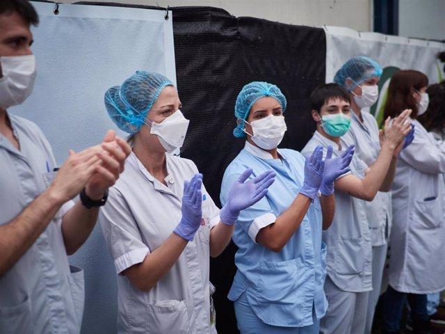 Varios sanitarios agradecen los aplausos durante el homenaje recibido por los trabajadores del transporte público en el Hospital de Navarra durante el confinamiento impuesto por el Estado de Alarma provocado por el coronavirus, COVID19. En Pamplona, Nav