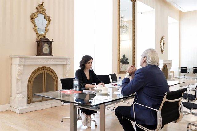 Imagen de recurso de la presidenta de la Comunidad de Madrid, Isabel Díaz Ayuso, con el consejero de Sanidad, Enrique Ruiz Escudero.