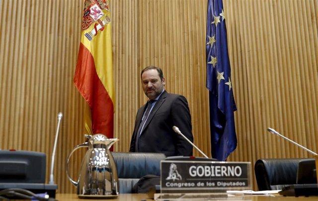 El ministro de Transportes, Movilidad y Agenda Urbana, José Luis Ábalos, momentos antes de comparecer este lunes ante la comisión correspondiente del Congreso