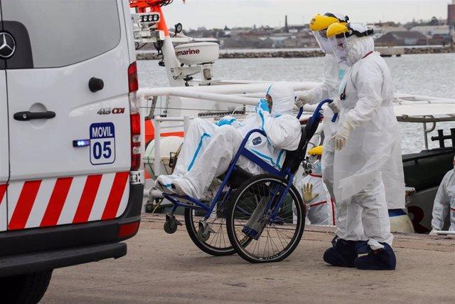 Personal sanitario atiende a un paciente de coronavirus en la capital de Uruguay, Montevideo