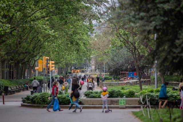 Varios niños pasean con sus padres durante el segundo día de desconfinamiento de niños y preadolescentes durante el estado de alarma por la crisis del coronavirus. En Barcelona a 27 de abril de 2020.