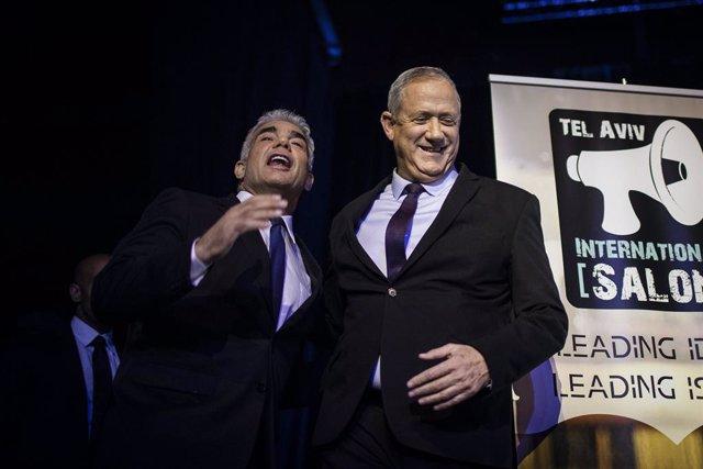 Benjamin Gantz, líder de Blau i Blanco (d), al costat de Yair Lapid, líder de Yesh Atid (i)