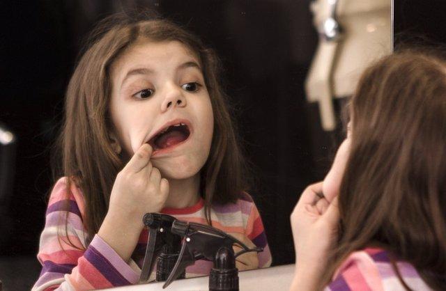 Niña dientes picados, caries