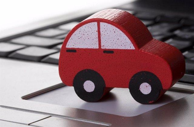 Imagen de una maqueta de un coche en un ordenador.