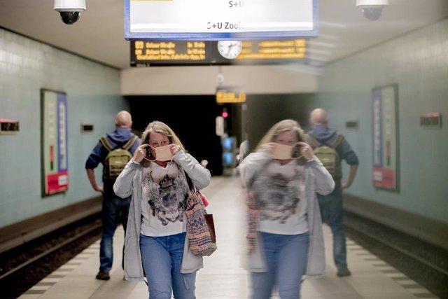 Dona amb mascarilla en  l'metro de Berlín