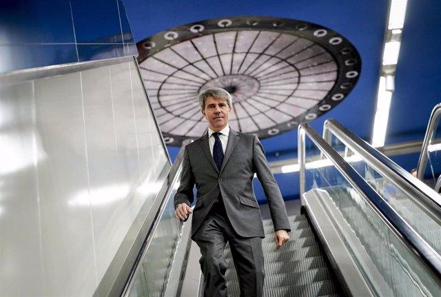 Imagen de recurso del consejero de Transportes, Ángel Garrido, bajando por una escalera mecánica de una de las estaciones de Metro de Madrid.