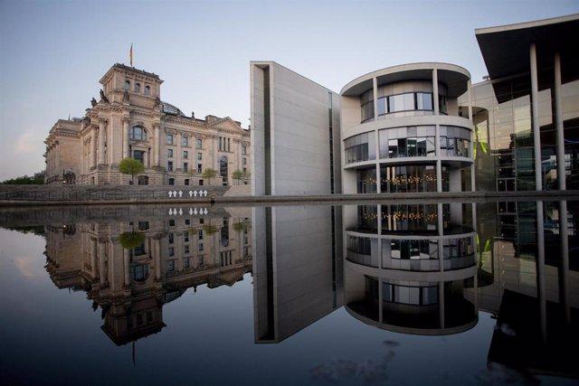 La sede del Reichstag (izquierda) y el edificio Paul Loebe