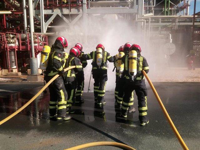 Simulacro de bomberos en una planta de Cepsa.