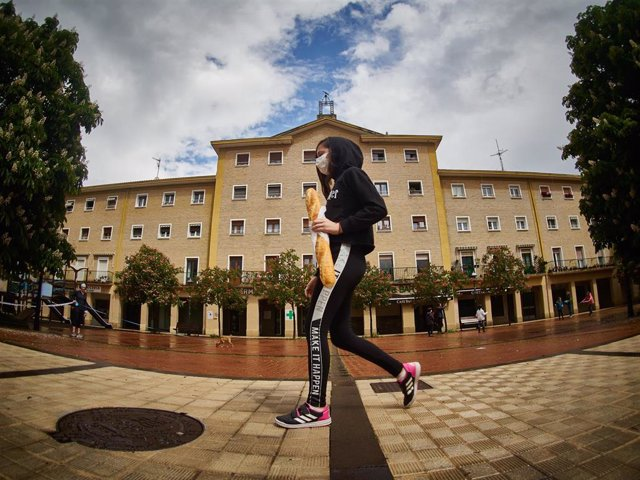 Una niña regresa a su casa después de comprar pan, en Pamplona, Navarra, España, a 27 de abril de 2020.