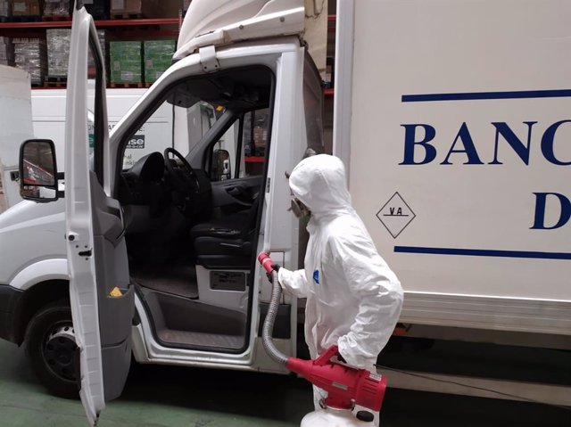 Uno de los operarios durante el proceso de desinfección del Banco de Alimentos de Valladolid.