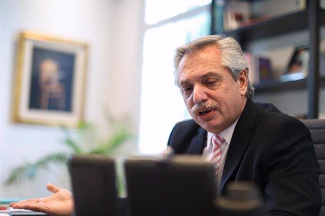 El presidente de Argentina, Alberto Fernández, en una conversación telefónica con su homólogo chileno, Sebastián Piñera
