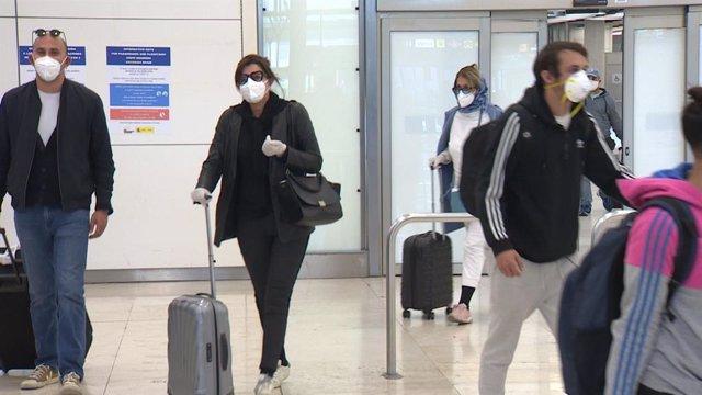 Imágenes de los repatriados procedentes de Buenos Aires que llegaban hoy al Aeropuerto de Adolfo Suárez-Madrid Barajas.