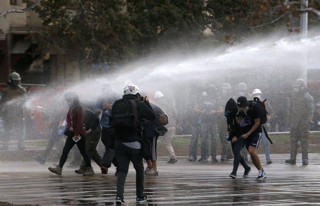 Coronavirus.- Más de 60 detenidos por las renovadas protestas en Santiago de Chi