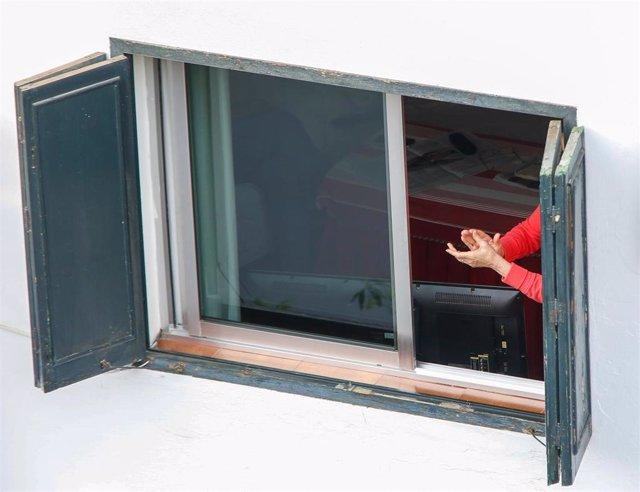 Este domingo pocas personas se han asomado a sus ventanas y balcones para aplaudir la labor de los sanitarios que luchan contra el coronavirus. Sevilla a 26 de abril 2020