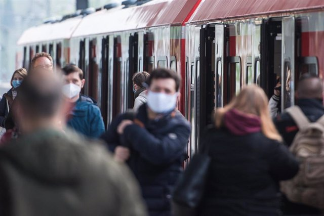 Pasajeros con mascarillas en una estación de Hamburgo