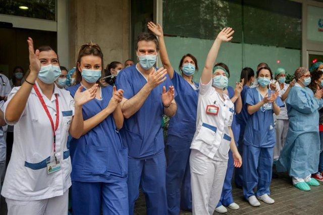 Sanitarios aplauden en la Fundación Jiménez Díaz de Madrid el 7 de abril de 2020.
