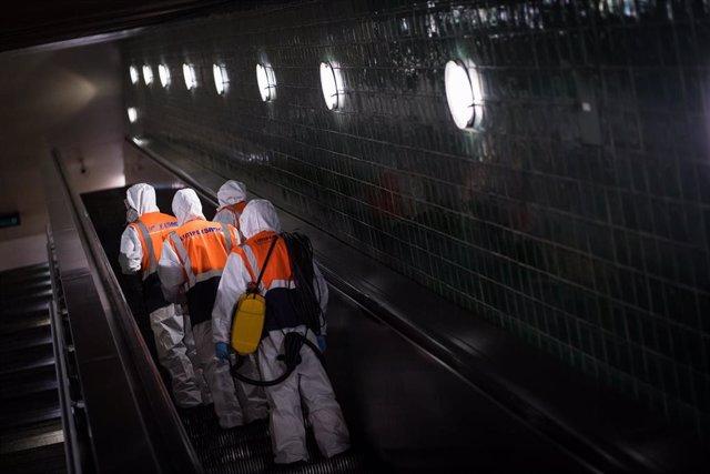 Desinfección en el metro de Lisboa