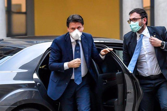 El primer ministro italiano,Giuseppe Conte, con mascarilla