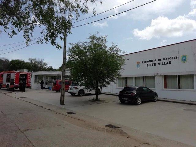 Los bomberos del Sepei desinfctan la residencia de mayores de Villasbuenas de Gata