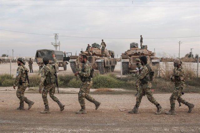 Soldats i vehicles militars de Turquia en una zona d'estacionament per a l'Exèrcit i els rebels sirians als quals recolza Ankara