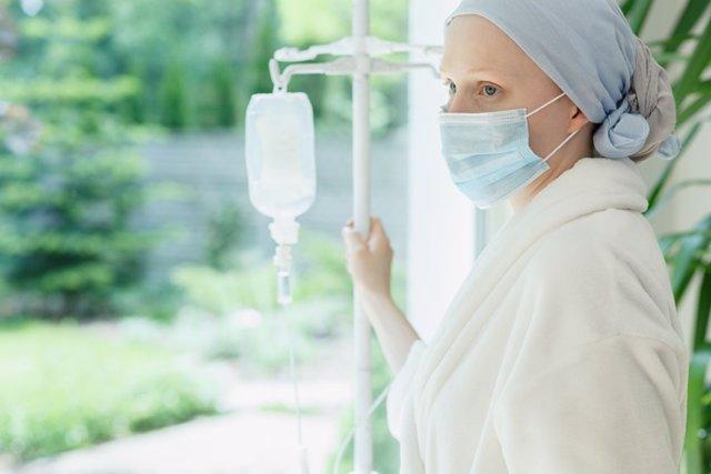 Mujer con cáncer en la venta del hospital.
