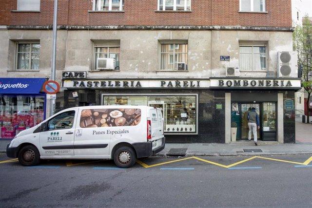 Fachada de una pastelería que forma parte de los comercios minoristas que permanecen abiertos en pleno estado de alarma por el coronavirus