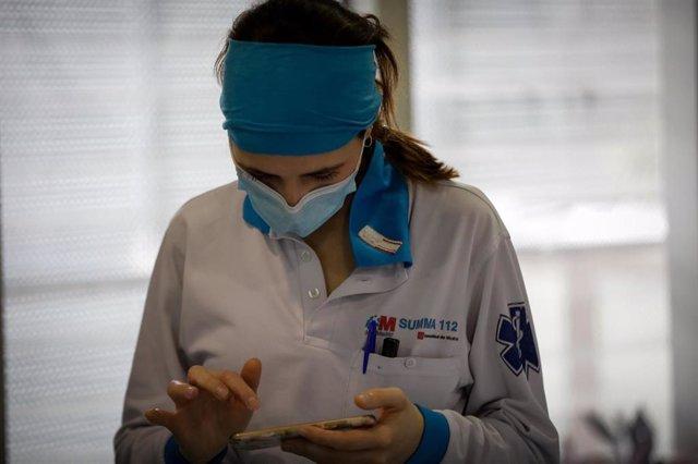 La enfermera del SUMMA Raquel Lafuente descansa en las instalaciones del Servicio de Urgencia Médica (SUMMA 112) durante un día de trabajo en el estado de alarma decretado por el Gobierno por la pandemia del coronavirus, en Madrid (España)