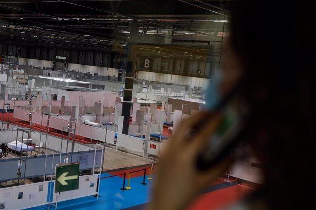 Una psicóloga sanitaria especializada en pandemia habla por teléfono en el hospital provisional de IFEMA.
