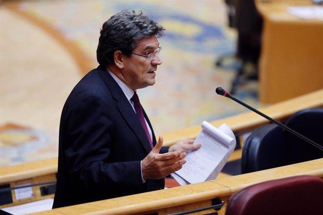 El ministro de Inclusión, Seguridad Social y Migraciones, José Luis Escrivá, durante su intervención en la primera sesión de control al Gobierno en el Senado desde la declaración del estado de alarma con un presencia reducida al 10% de los senadores para