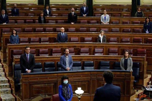 Miembros del Gobierno y diputados guardan un minuto de silencio por las víctimas del coronavirus, antes del inicio de la sesión de control al Ejecutivo celebrada este miércoles