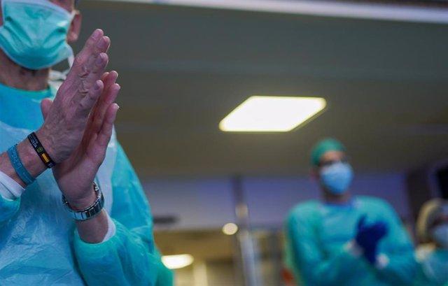 Personal sanitario agradece a los profesionales del transporte sanitario de Sevilla  el  homenajean en el Hospital Virgen del Rocío. Sevilla a 14 de abril del 2020