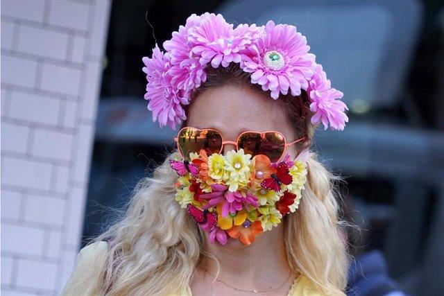 Una mujer con mascarilla decorada con flores en Nueva York