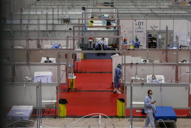 Una sanitaria camina por un pasillo del Hospital temporal de Ifema para enfermos con Covid-19.