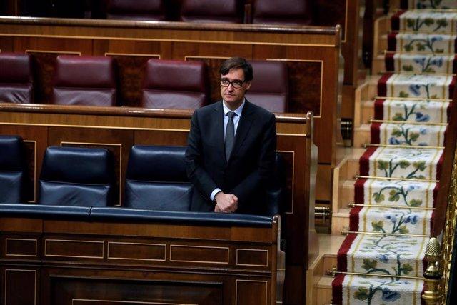 El ministro de Sanidad, Salvador Illa guarda un minuto de silencio por las víctimas del coronavirus durante en el pleno del Congreso
