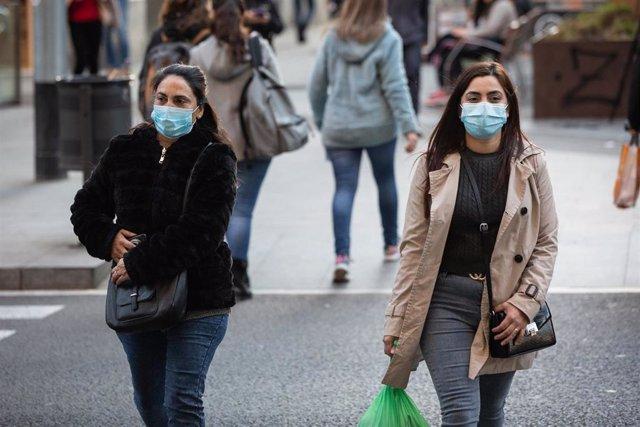 Personas con mascarilla en Barcelona por el brote de coronavirus (Archivo)