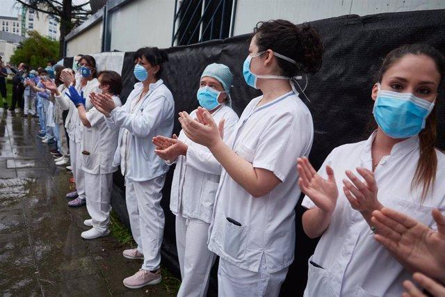 Varios sanitarios agradecen los aplausos durante el homenaje recibido por los trabajadores del transporte público en el Hospital de Navarra durante el confinamiento por el coronavirus. En Pamplona, Navarra (España) a 11 de abril de 2020.