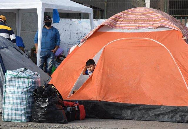 Ciudadanos bolivianos acampados en Chile por el cierre de fronteras provocado por la pandemia de coronavirus
