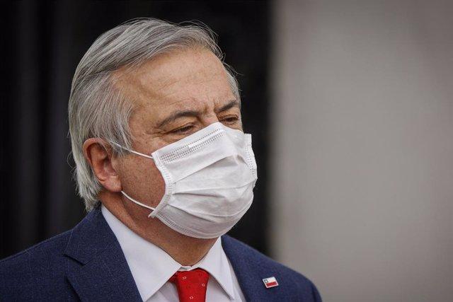 Coronavirus.- El ministro de Salud de Chile cierra su cuenta de Twitter tras rec