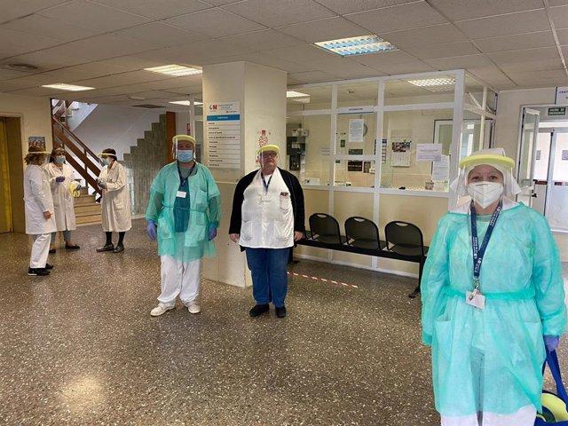Entrega de protectores faciales por parte del Sindicato de Técnicos de Enfermería a los profesionales sanitarios