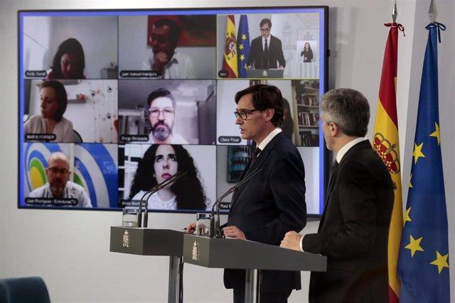(I-D) El ministro de Sanidad, Salvador Illa; y el ministro del Interior, Fernando Grande-Marlaska, durante una rueda de prensa para explicar las últimas medidas frente al coronavirus, en Madrid (España) a 27 de abril de 2020.