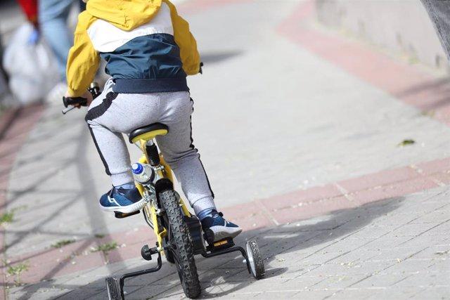 Un niño monta en bicicleta durante el segundo día de desconfinamiento. En Madrid (España) a 27 de abril de 2020.